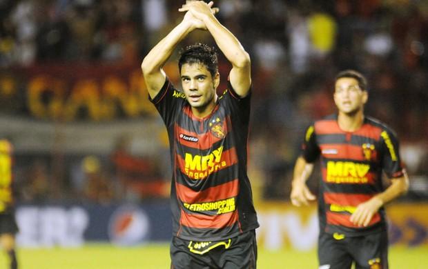 Henrique comemora o primeiro gol do Sport sobre a Portuguesa (Foto: Aldo Carneiro / Pernambuco Press)