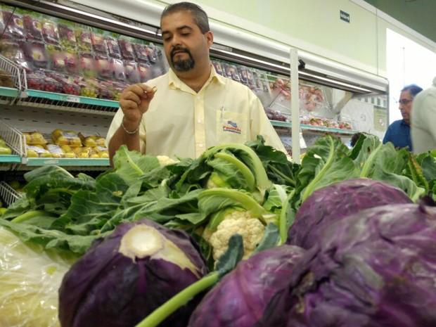 Aliança foi encontrada por funcionário do setor de hortifruti (Foto: Jomar Bellini/G1)
