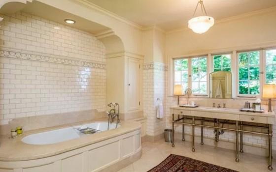 O banheiro da suíte principal é enorme e tem até uma banheira (Foto: Reprodução)