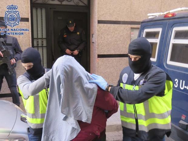 Homem suspeito de ligação com extremistas é detido pela polícia esoanhola neste domingo (7)  (Foto: REUTERS/Spanish Interior Ministry)