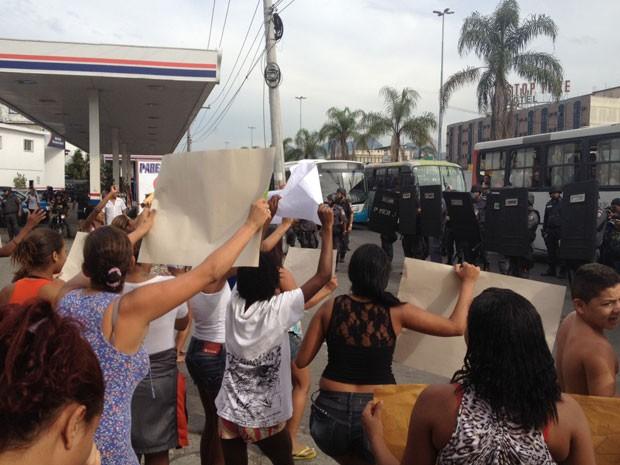 Moradores da Maré tentaram invadir a Avenida Brasil no início da tarde desta terça-feira (Foto: Cristiane Cardoso/G1)
