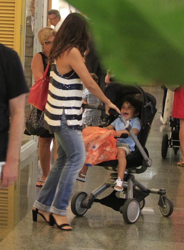 Juliana Paes e o filho Pedro (Foto: Delson Silva/Agnews)