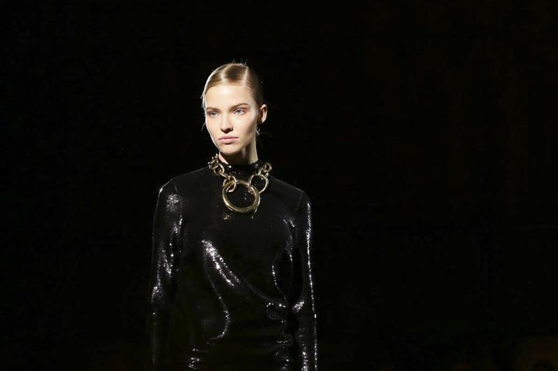 O vestido de paetê voltou – agora em modelagens bem minimalistas! (Foto: Divulgação)