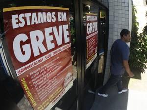 Greve dos servidores do Instituto Nacional de Seguro Social (INSS) - agência da Pedreira.  (Foto: Tarso Sarraf)
