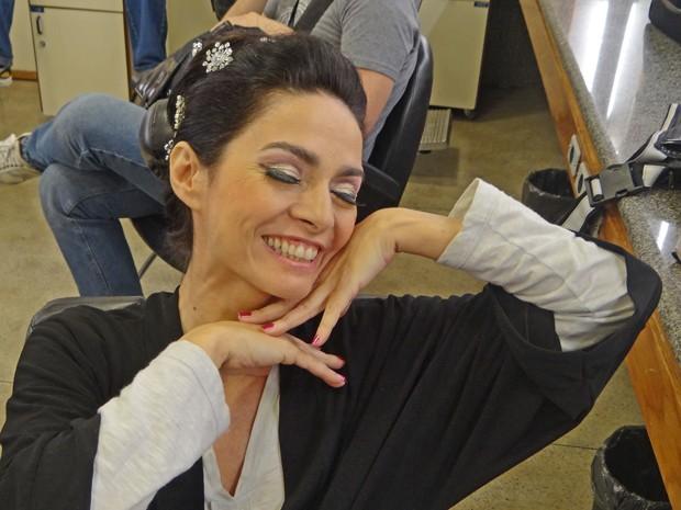 Claudia Ohana mostra a maquiagem deste domingo (Foto: Domingão do Faustão / TV Globo)