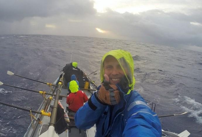 Caê parecia estar tranquilo, mas também foi vítima dos enjoos em aventura no Atlântico (Foto: Reprodução)