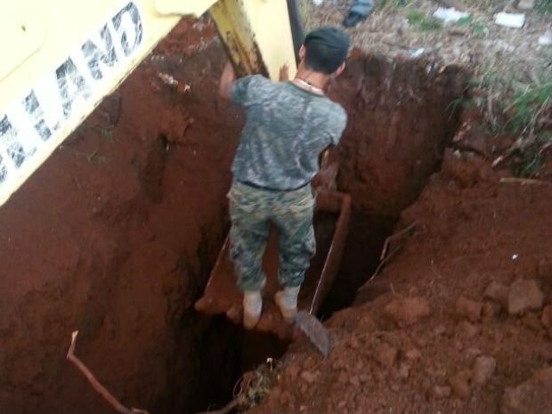 Escavação foi descoberta por um dos funcionários que fazem a segurança do local (Foto: Polícia Nacional do Paraguai / Divulgação)