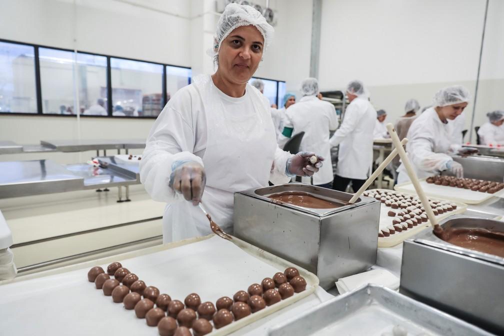 Lucidalva da Silva Rodrigues, 39 anos, deixa a marca tradicional no bombom com o garfo na fábrica do Grupo CRM, em Extrema (MG)ra deixar a marca  (Foto: Fábio Tito/G1)