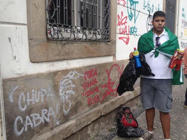 Gustavo Nascimento Amaral chegou ao Centro do Rio às 10h30 para ajudar a remover marcas de protesto (Foto: Cristiane Cardoso/G1)