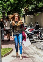 Marina Ruy Barbosa usa calça rasgada em passeio por São Paulo