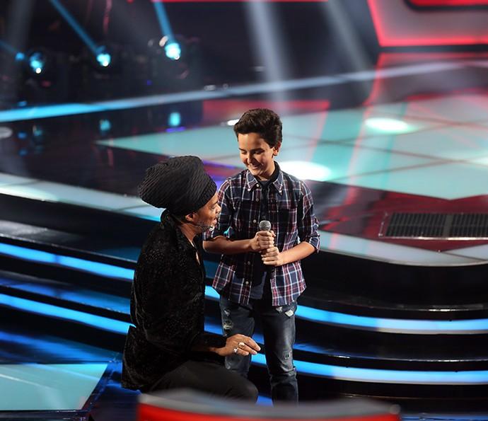 Gabriel Gava conversa com Carlinhos Brown após soltar a voz no The Voice Kids (Foto: Isabella Pinheiro/Gshow)