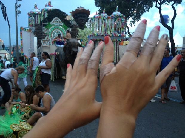 As mãos enfaixadas com espardrapo da ritmista estreante na Sapucaí, a publicitária Juliana Breedveld, de 27 anos, que desfila pela União de Jacarepaguá (Foto: Carolina Lauriano/G1)