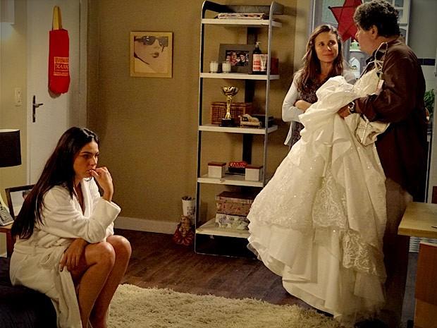 Suelen não disfarça que está chateada com roupa alugada (Foto: Avenida Brasil/TV Globo)