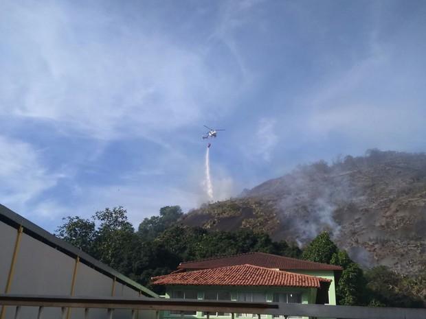 Helicóptero joga água em incêndio (Foto: Tiago Félix/ TV Gazeta)