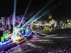 Palco Mundo iluminado durante show do Capital Inicial (Foto: Yasuyoshi Chiba/AFP)