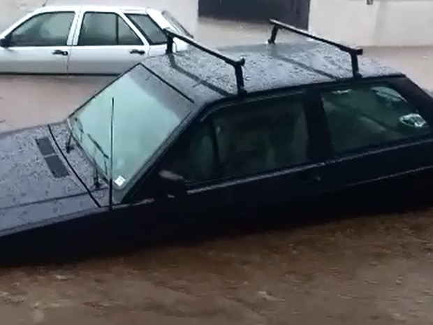 Carros ficam submersos após forte chuva em Guaxupé (Foto: Carlos Cleiton Delfino)