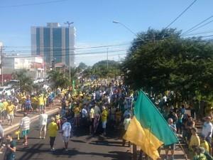 Manifestantes se reúnem na Getúlio Vargas em Bauru (Foto: Eliane Freitas / TV TEM)