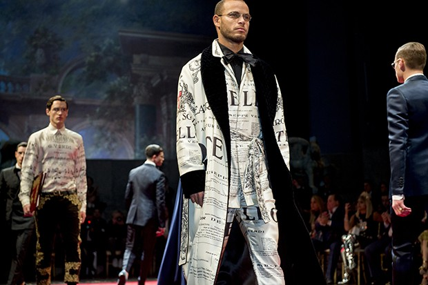 The menswear collection included elegant robes for upscale slouching... (Foto: DOLCE & GABBANA)