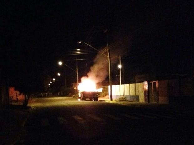 Caminhão pega fogo em rua de Araçatuba (Foto: Patrícia Machado)