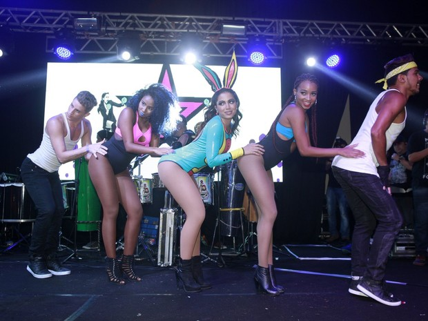 Anitta em show na Zona Sul do Rio (Foto: Isac Luz/ EGO)