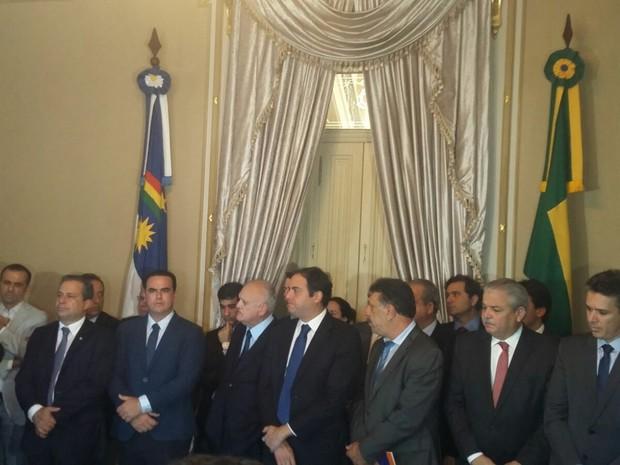 Governador Paulo Câmara recebe prefeitos no Palácio do Campo das Princesas (Foto: Cacyone Gomes/TV Globo)