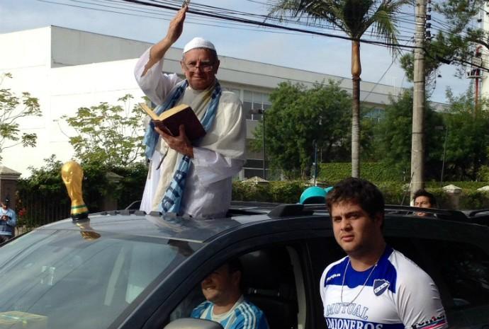 Torcedor da Argentina vestido de Papa em frente ao hotel da seleção (Foto: Roberta Salinet / RBS TV)