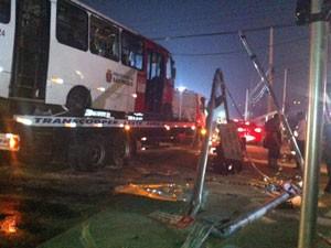 Ônibus é retirado de via na Zona Leste de SP (Foto: Roney Domingos/G1)