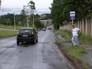 Moradores precisaram esperar por mais tempo pelos ônibus (Foto: Reprodução/ TV TEM)
