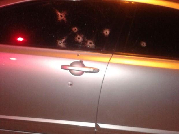 Casal morreu após carro ser atingido por vários tiros (Foto: Polícia Militar/Divulgação)
