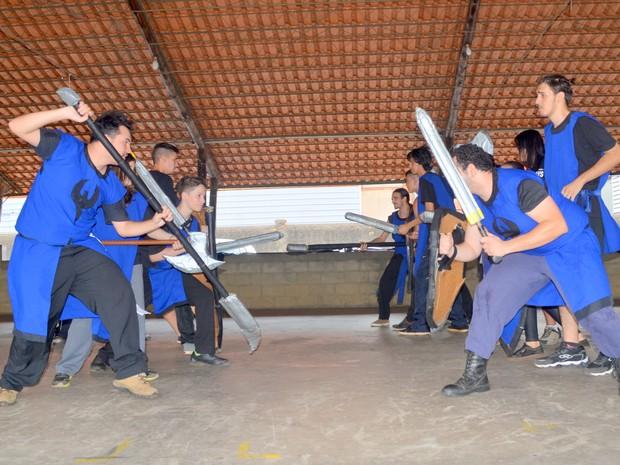 Treino de swordplay do grupo Falkisgate em Piracicaba (Foto: Carol Giantomaso/G1)