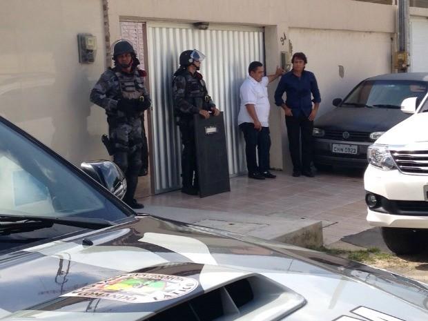Pai e mãe suspeitos de participação na morte do filho participam da segunda reconstituição na casa onde ocorreu o crime (Foto: Tereza Tavares/TV Verdes Mares)