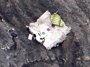 Destroço que parece ser parte da lateral do Airbus acidentado é vista em encosta nos Alpes Franceses (Foto: Denis Bois/Gripmedia/AFP)