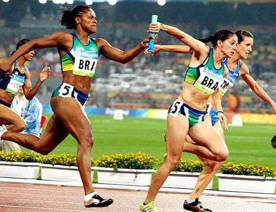 Thaissa (à direita) no revezamento 4x100, em Pequim (Foto: Divulgação )