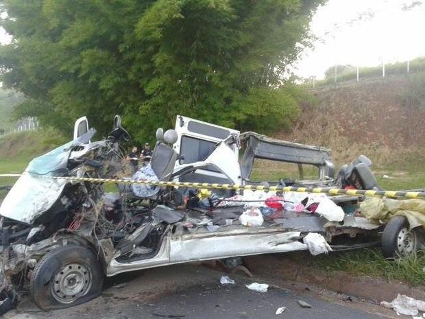 Acidente deixou oito pessoas mortas em Oliveira (Foto: Polícia Rodoviária Federal/Divulgação)