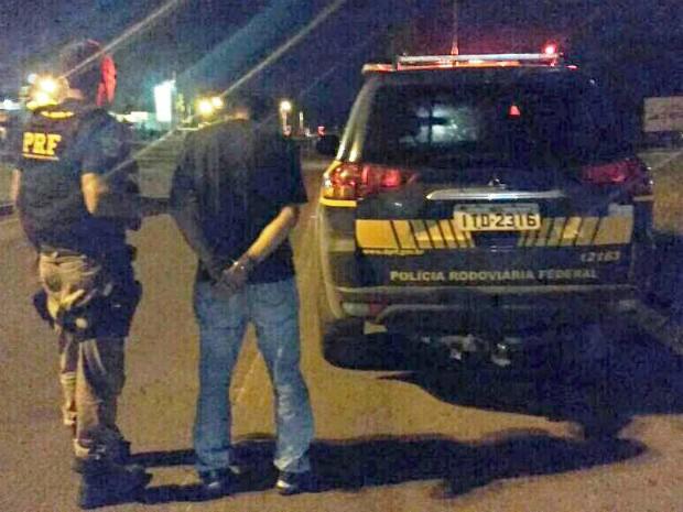 Homem foi preso por agentes da Polícia Rodoviária Federal (Foto: Divulgação/PRF)