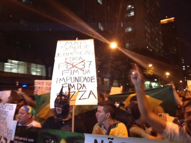 Homem fantasiado de Batman participa de protesto no Rio (Foto: Luis Bulcão/G1)