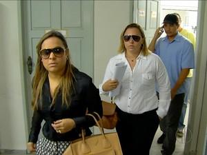 Acompanhada do namorado, Valéria Cortês( de branco) chega a delegacia de Macaíba para prestar depoimento (Foto: Reprodução/Inter TV Cabugi)