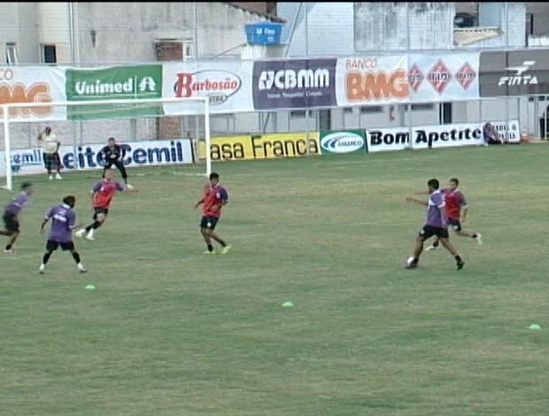 Jogadores do Araxá Esporte treinam no Estádio Fausto Alvim (Foto: Reprodução/TV Integração)