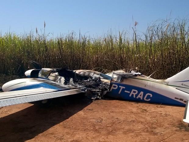 Avião bimotor é encontrado pegando fogo em canavial  (Foto: Divulgação / Polícia Militar)