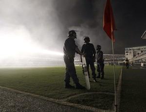 apagão na Vila Belmiro durante a partida de Santos e Corinthians (Foto: AP)