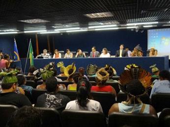 Comissão da Assembleia recebeu manifestantes (Foto: Lorena Aquino / G1)