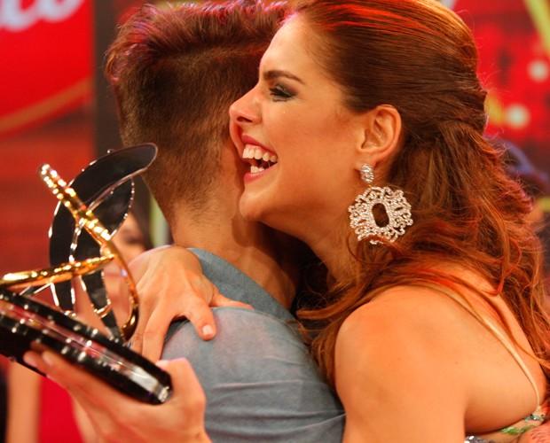 Paloma abraça o colega de competição Lucas Lucco (Foto: Carol Caminha/Ghow)
