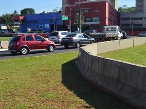 Muretas de concreto utilizadas na Stock Car são utilizadas provisoriamente para evitar que veículos caiam no Retiro Saudoso em Ribeirão Preto (Foto: Adriano Oliveira/G1)