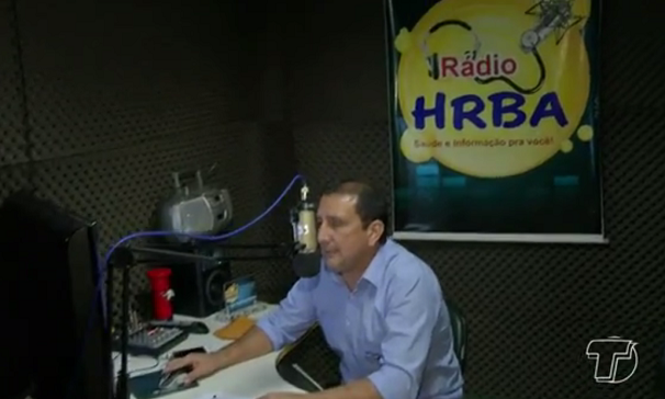 Nelson Mota, locutor da 94 Fm é voluntário no Projeto Rádio HRBA (Foto: Reprodução/TV Tapajós)