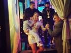 Jennifer Lopez carrega o filho no colo em bastidores de premiação