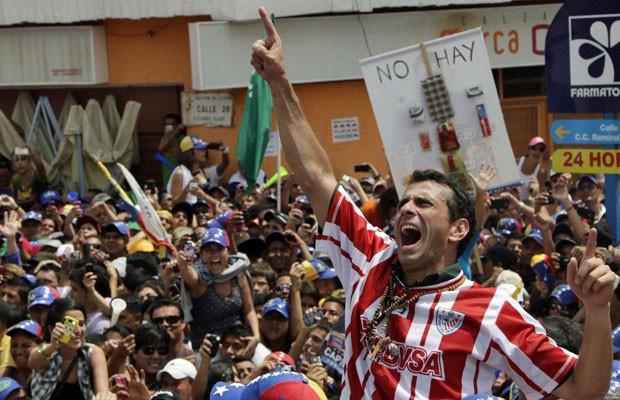 Capriles durante campanha em Merida, na última quarta-feira (10) (Foto: Ariana Cubillos/AP)
