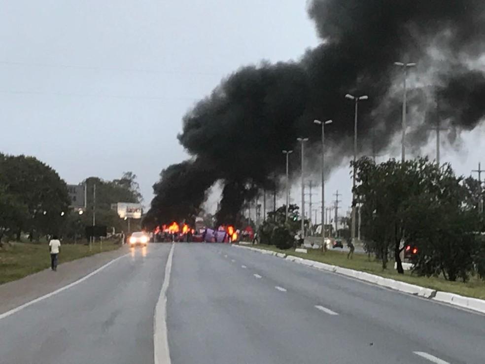 Bloqueio realizado por manifestantes na EPNB (Foto: Bombeiros/Divulgação)