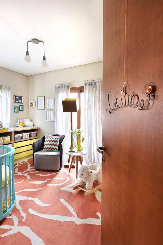 Para finalizar, a porta do quarto ganhou o nome de Cecília. A peça foi garimpada pela mãe da bebê (Foto: Sidney Doll/Divulgação)