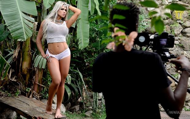 Making of Janaina Santucci posando para o Paparazzo (Foto: Roberto Teixeira / Paparazzo)