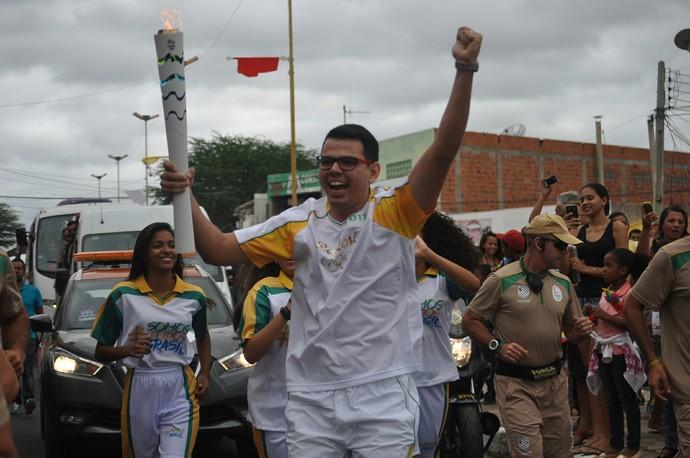 Primeiro condutor da Tocha em Santa Maria da Boa Vista era só alegria (Foto: Emerson Rocha)